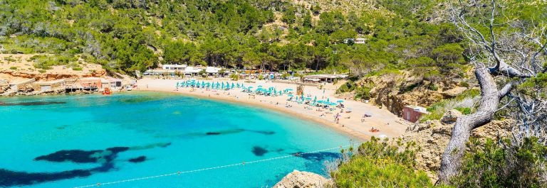 View-of-Cala-Benirras-beach-with-turquoise-sea-water-Ibiza-island-Spain-shutterstock_654896323-2_klein