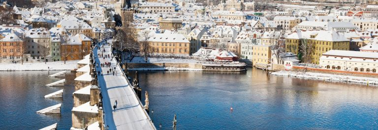 Prag-im-Winter_Prague-castle_Charles-bridge_Czech-republic_shutterstock_230772745