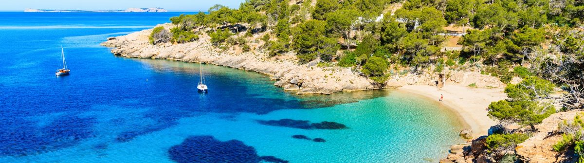 Cala Salada bay famous for its azure crystal clear sea water, Ibiza island, Spain shutterstock_647770648-2_klein