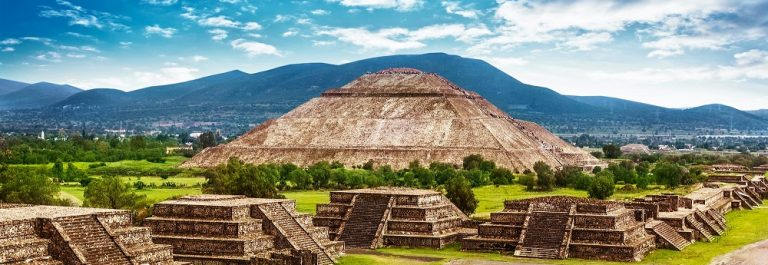Pyramids-of-the-Sun-and-Moon-on-the-Avenue-of-the-Dead-Teotihuacan-ancient-historic-cultural-city-old-ruins-of-Aztec-civilization-Mexico-North-Americ_139799134