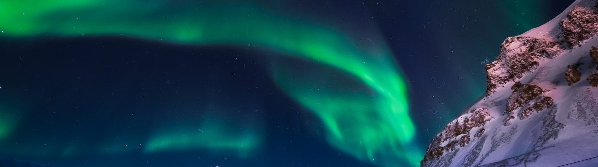 The-polar-Northern-lights-in-the-mountains-house-of-Svalbard-Longyearbyen-city-Spitsbergen-Norway-wallpaper_624239408