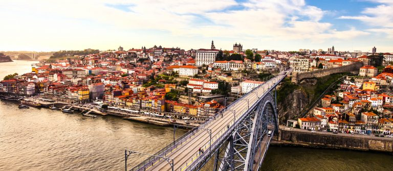 Porto-and-subway-train-iStock_000055188162_Large-2