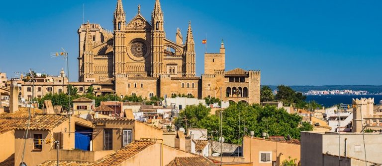 Spain-Majorca-old-town-Palma-de-Mallorca-with-view-of-the-famous-Cathedral-La-Seu-Mediterranean-Sea-Balearic-Islands.-shutterstock_601925348_900x600