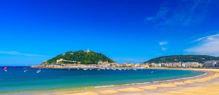 La-Concha-Strand-in-San-Sebastian-iStock-1136388730_900x600