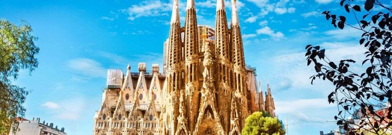 Sagrada-Familia-Cathedral-in-Barcelona-iStock_000069446845_Large-2_900x600